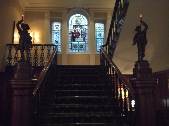 Mercure Exeter Rougemont Hotel: Central staircase...in the evemings the stairs are lit with candles!