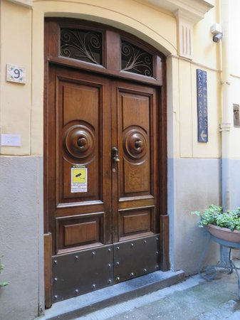 Palazzo Starace Bed & Breakfast: Front doors in alley off Via SM Pieta