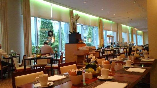 Le Meridien Munich : 明るい朝食ルームです。
