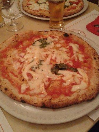Pizzaria La Notizia : Margherita con provola di bufala