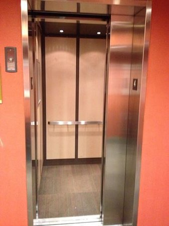 Home2 Suites Charleston Airport / Convention Center : stuck elevator