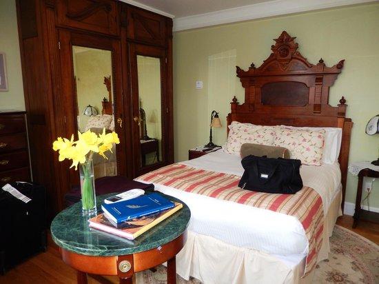 Cliffside Inn: Tower Suite Bed