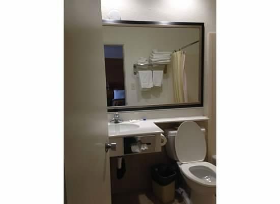 Anaheim Islander Inn and Suites: Bathroom in two-bedroom suite