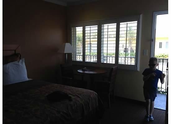 Anaheim Islander Inn and Suites: Main Bedroom Window