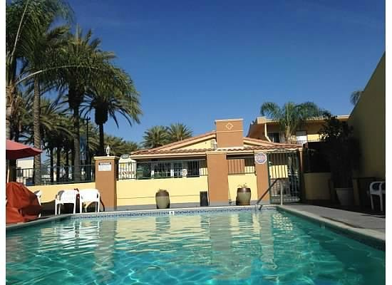 Anaheim Islander Inn and Suites: Pool towards lobby