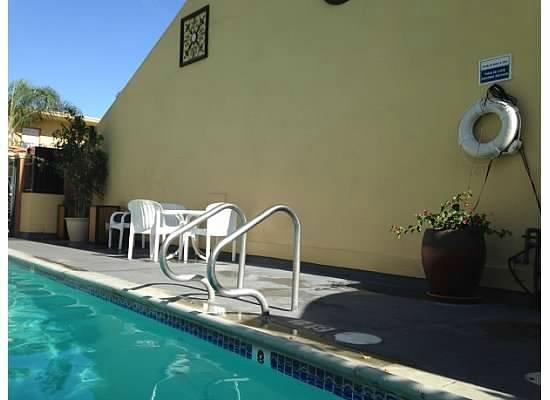 Anaheim Islander Inn and Suites: Side of Pool