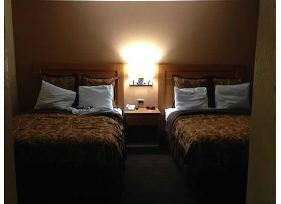Anaheim Islander Inn and Suites: Main bedroom - View from second bedroom door