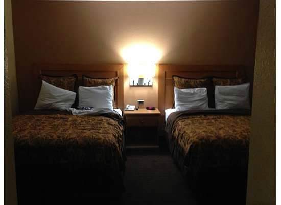 أناهايم إسلاندر إن آند سويتس: Main bedroom - View from second bedroom door