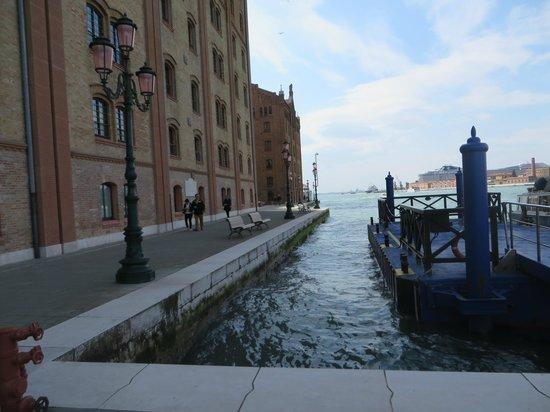 Hilton Molino Stucky Venice Hotel: Front of hotel and jetty