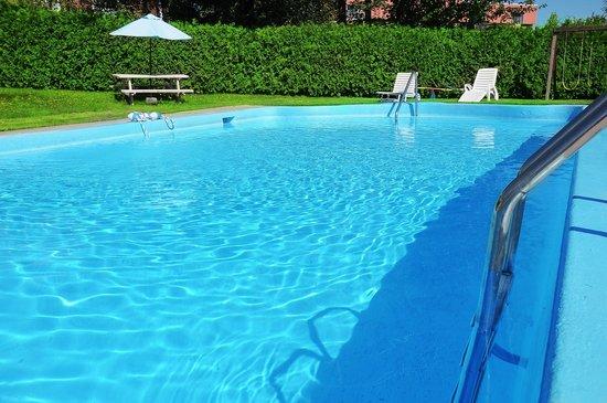 Hotellerie Jardins de ville : Our heated pool is open all summer / Notre piscine chauffée est ouverte tout l'été