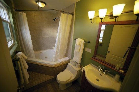 Hotel Charlotte: Spa tub in Room 15