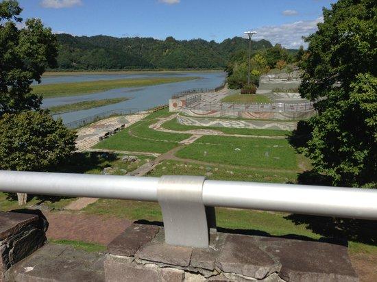 Nibutani Ainu Museum: 館外に流れる川