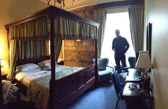 Dalhousie Castle: bedroom