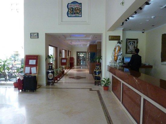 Hotel Meraden Grand: Foyer