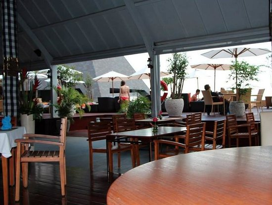 The Kuta Beach Heritage Hotel Bali - Managed by Accor: Pool Side Eating Area