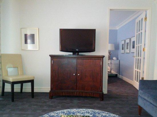 Park Hyatt Toronto: credenza in living room