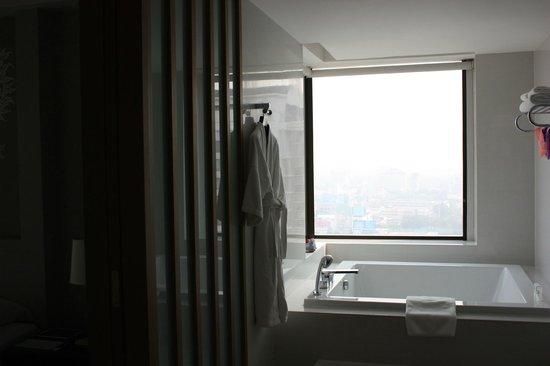 Le Meridien Chiang Mai: Amazing tub! Get a suite!