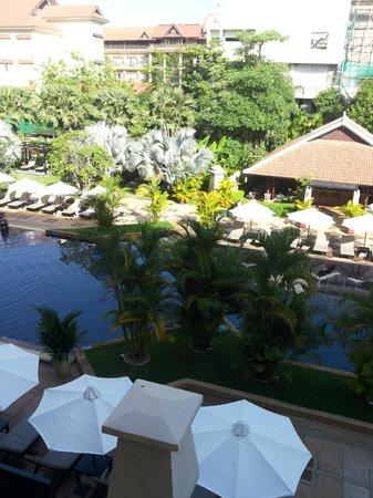 Angkor Miracle Resort & Spa : La vista sulla piscina