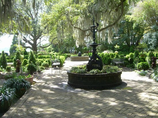 Janet's Walking History Tour: Manicured private gardens