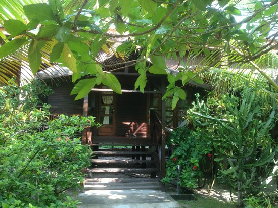 Scuba Junkie Mabul Beach Resort: Grounds and plants are beautifully kept