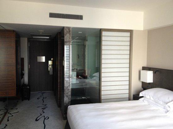 Hilton Tokyo : 障子をあけると浴室が見えます。