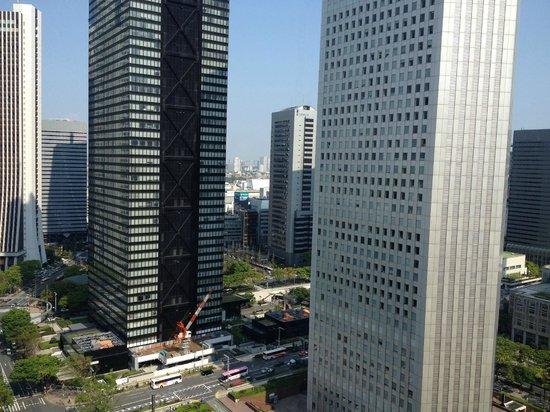 Hilton Tokyo: 部屋からの景色は、新宿のビル群