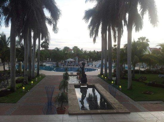 Paradisus Princesa del Mar Resort & Spa: Mirando desde el lobby hacia la piscina...