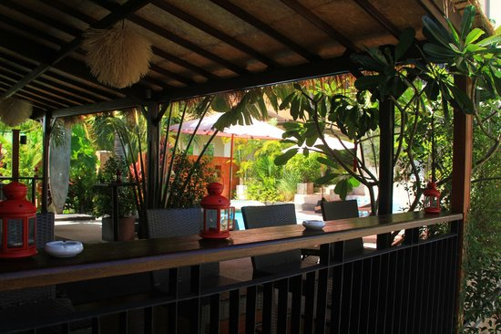 Baan Andaman Sea Surf: Pool lounge