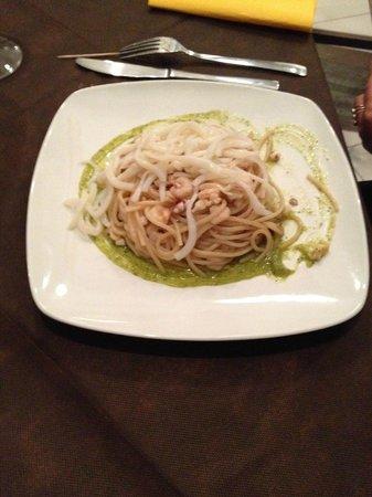 Dolmen: spaghetti con calamari scottati su letto di pesto di zucchine