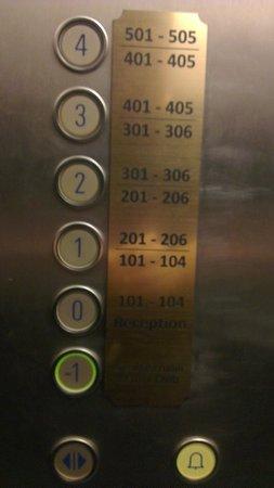 Hotel Klarov Prague : elevador que para no meio da escada - pode ser problema para quem precisa de acessibilidade