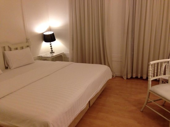 The Heritage Baan Silom Hotel: King size bed in a spacious bedroom