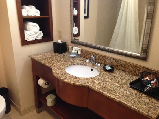 Country Inn & Suites by Radisson, Knoxville at Cedar Bluff, TN: Bathroom