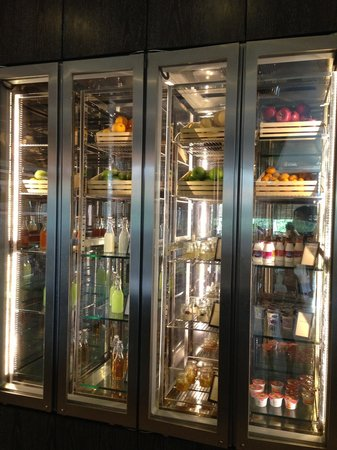 Hilton Sukhumvit Bangkok: An array of fresh juice, desserts and yoghurt