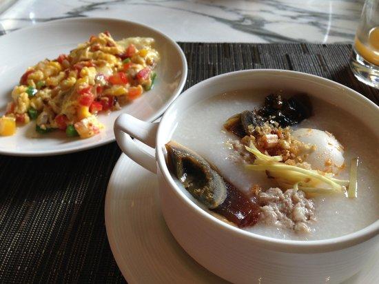 Hilton Sukhumvit Bangkok: Very nice omelette and congee