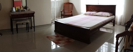Hanthana Holiday Rooms: Main bedroom with attached bathroom.