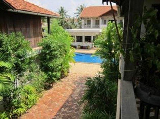 Bambu Battambang Hotel: Between rooms leading to pool