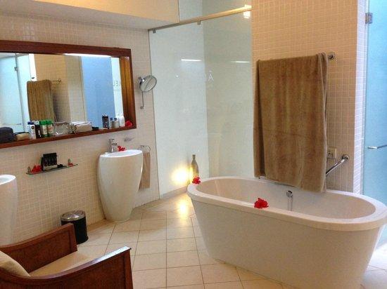 Melia Zanzibar: Banheiro espaçoso e bem decorado