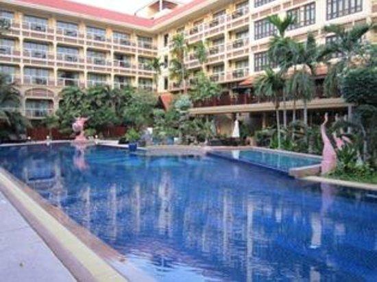 Prince D'Angkor Hotel & Spa: Pool showing mulit storey rooms