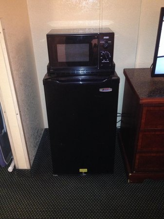 Quality Inn Elizabeth City : Microwave and fridge which came in handy