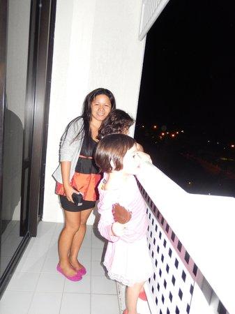 Rydges Esplanade Resort Cairns: my sister and 2 girls. notice the squares in the balcony?