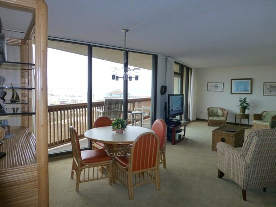The Dunes Condominiums: Spacious dining areas