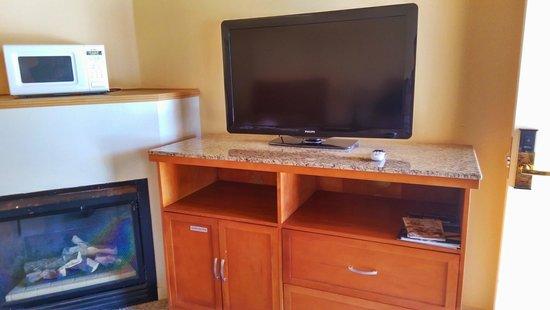 Butterfly Grove Inn : Fireplace & HDTV Directv in each room