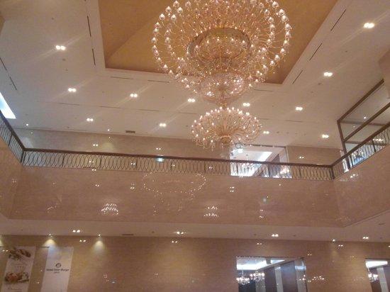 Hotel Inter-Burgo Exco: chandelier in lobby