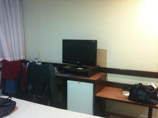 Dan Inn Curitiba Hotel: Mesas, frigisse e TV
