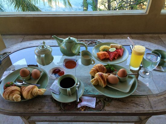 Green Field Hotel and Bungalows: Breakfast served in our room