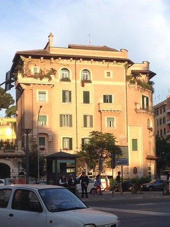 Best Western Hotel Piccadilly: дом неподалек от гостиницы - очень приятный квартал