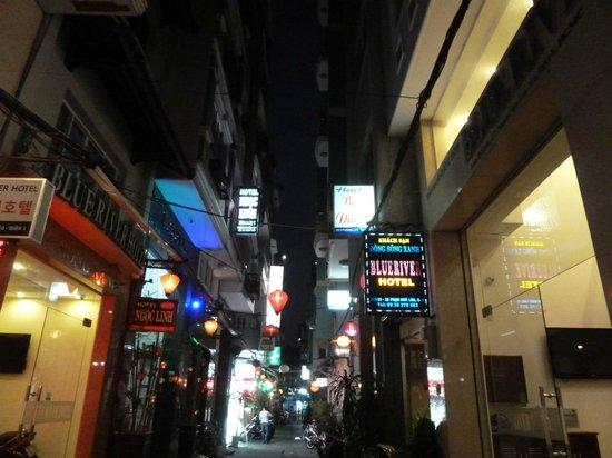 Blue River Hotel : calle hotel noche