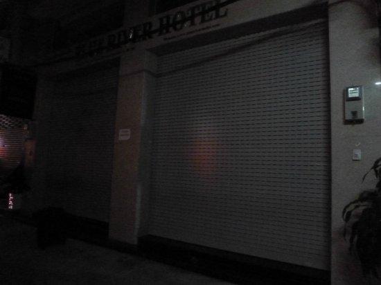 Blue River Hotel: puerta hotel cerrado