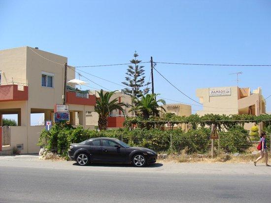 Danaos Beach Hotel: дорога возле гостинници