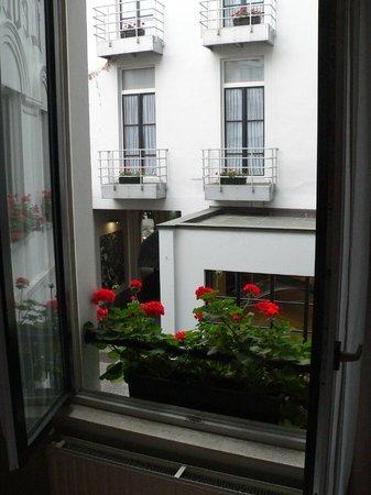 La Legende Hotel: Room overlooking courtyard